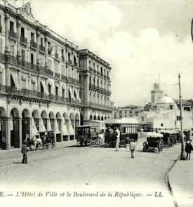 L'Hôtel de ville et le boulevard de la République