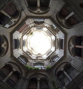 Immeuble à cour octogonale